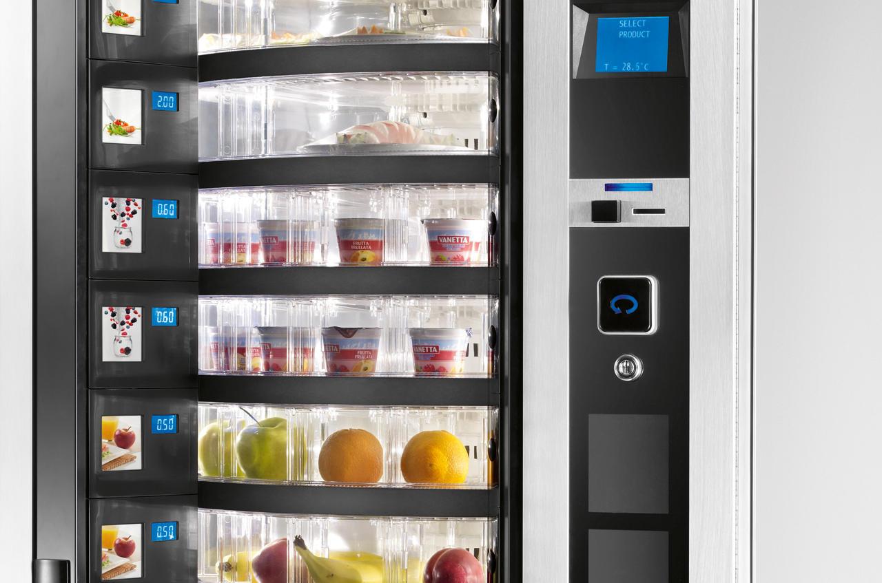 Foodautom mit frischem Essen: Salate, belegte Brötchen. Frischeautomat, Vending