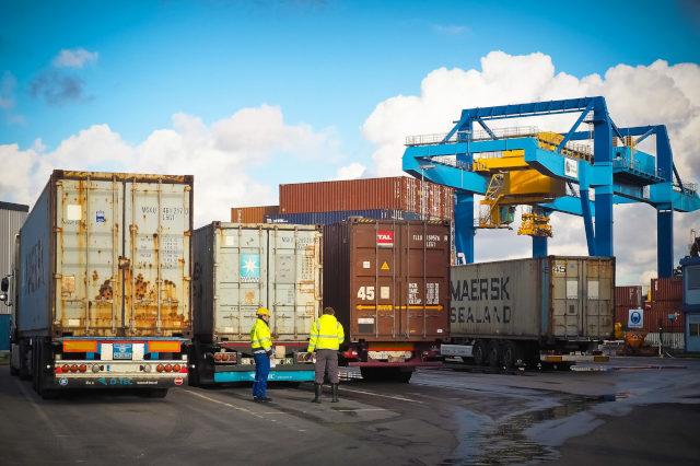 container logistik lieferkette verladung auf lkw spedition